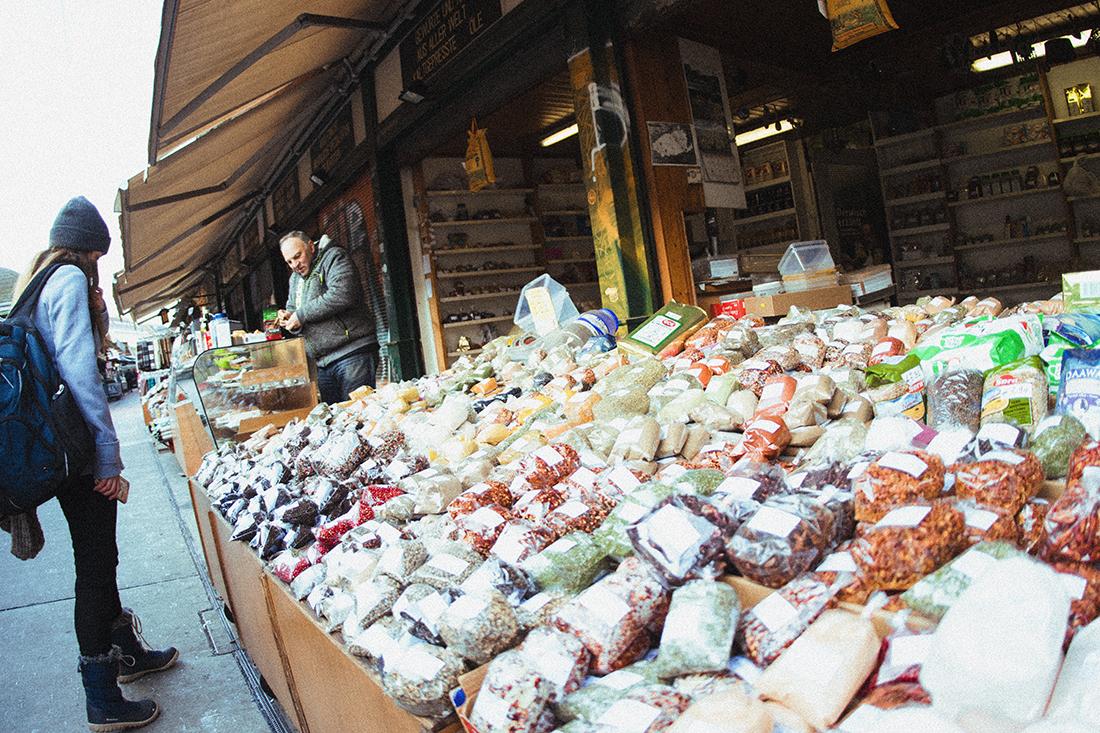 Naschmarkt: Un mercado de frutas, verduras y especias en medio de Viena.