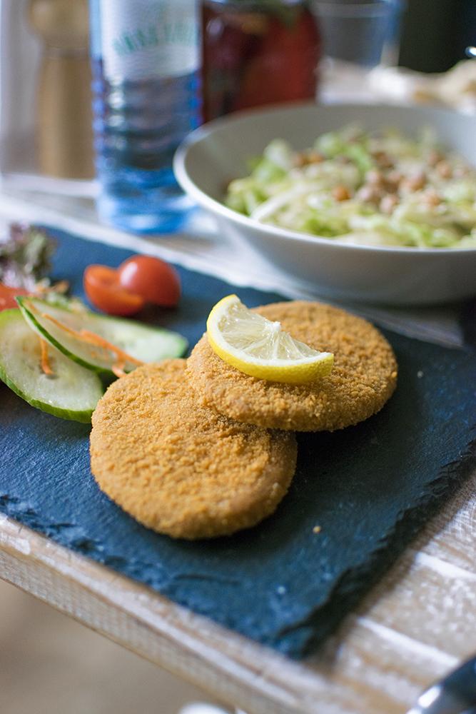 Schnitzel vegano acompañado de patatas de Veggiezz.