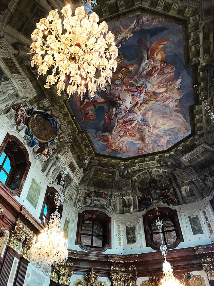 Ornamentos, lámparas y pinturas del museo Belvedere.