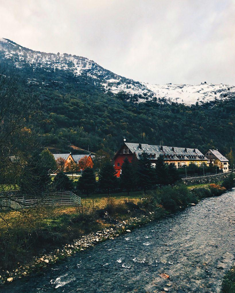 El río Garona se extiende a lo largo de todo el pueblo.