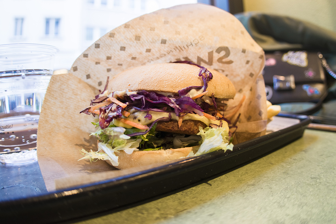 Swing Kitchen: vegan cheeseburguer, aros de cebolla y patatas.