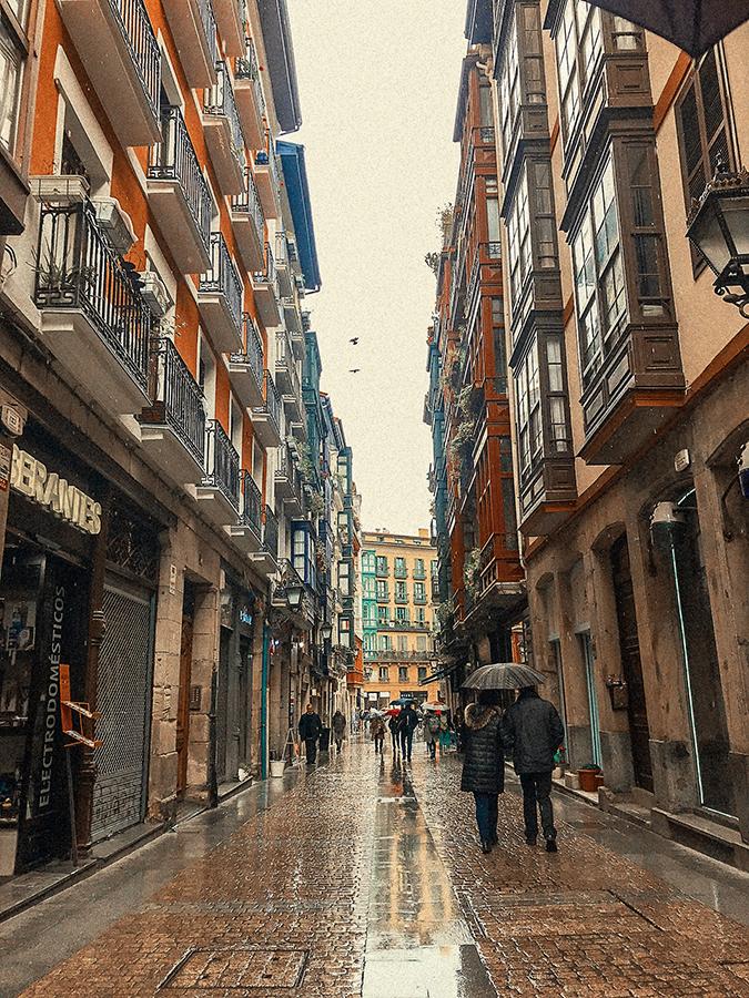 Calles del casco antiguo de Bilbao. Viajes y veganismo.