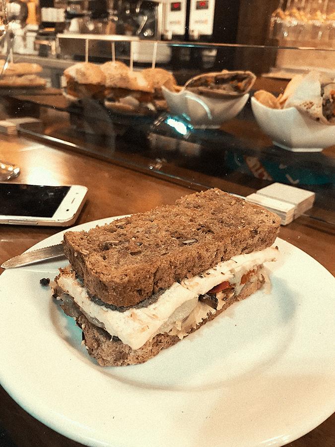 Sándwich de Tofu y Pesto, tapa vegana de La Muga, Bilbao.