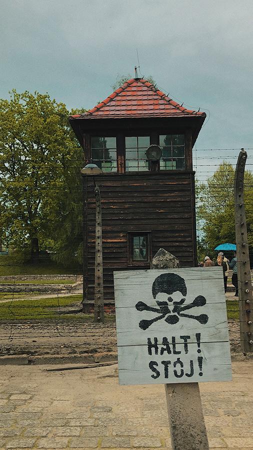 Torres vigilancia y vallas eléctricas de Auschwitz.