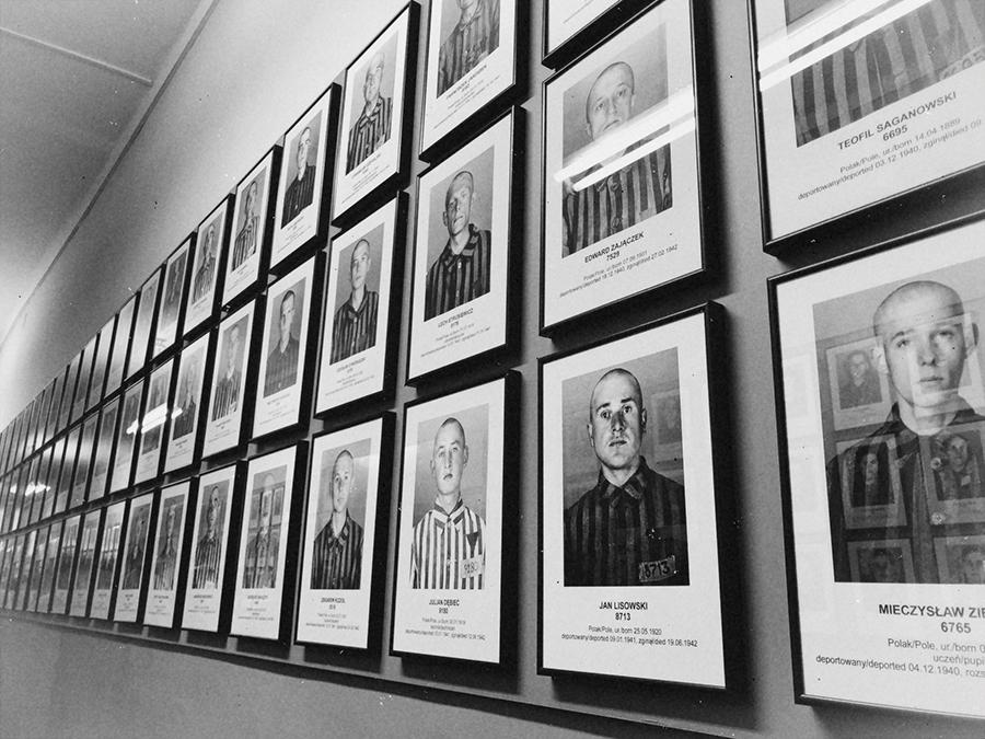 Fotografía víctimas hombres de Auschwitz.