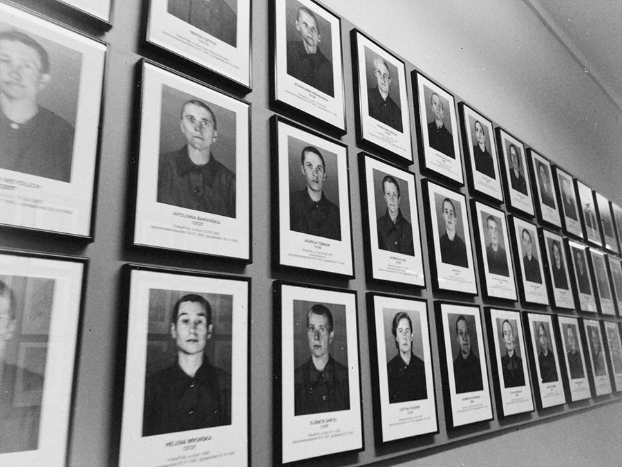 Fotografía víctimas mujeres de Auschwitz.