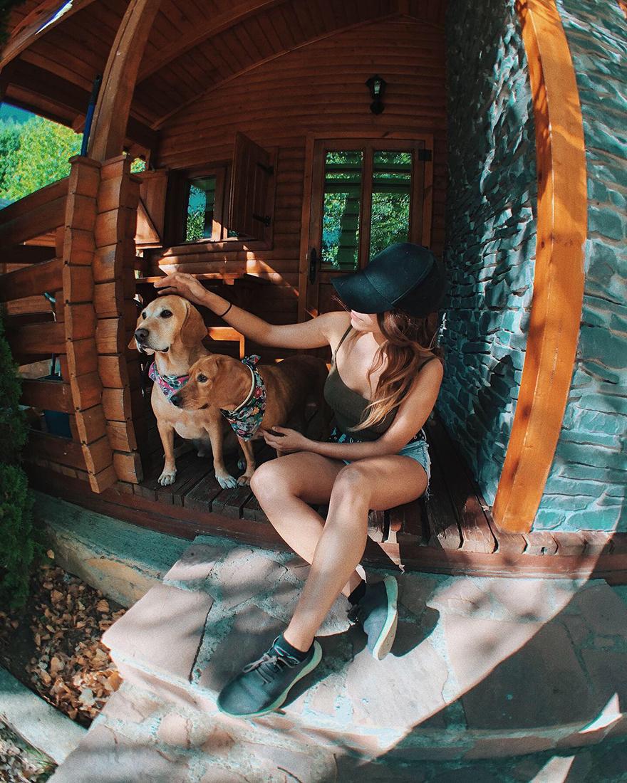 Bungallows con perros en el Camping Aneto de Benasque, en Pirineos.