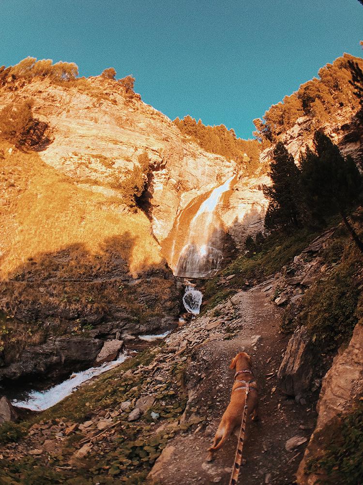 Llegada a las cascadas de la ruta de las 3 cascadas. Benasque. Viajar con perros.