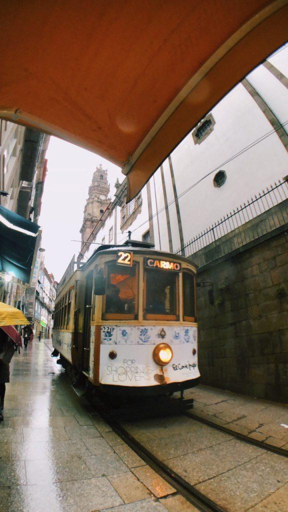 Tranvía, casco antiguo de Oporto.