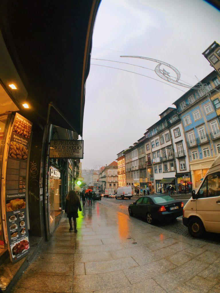 Casco antiguo de Oporto, con lluvia.