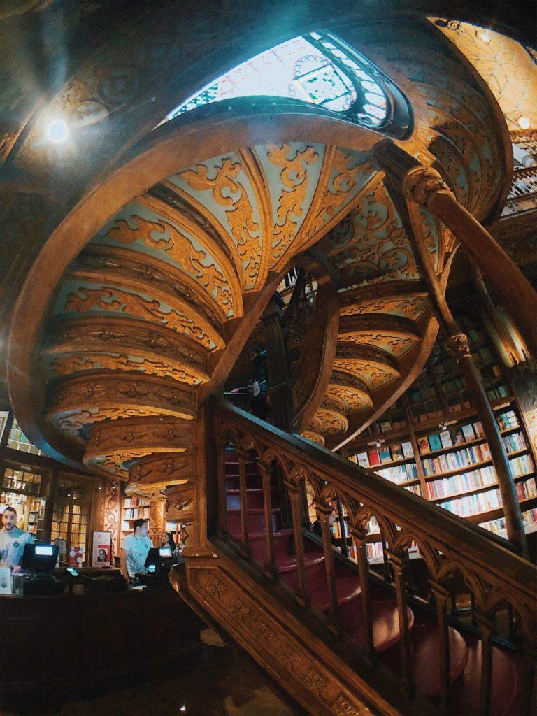 Escaleras de la librería Lello. Oporto.