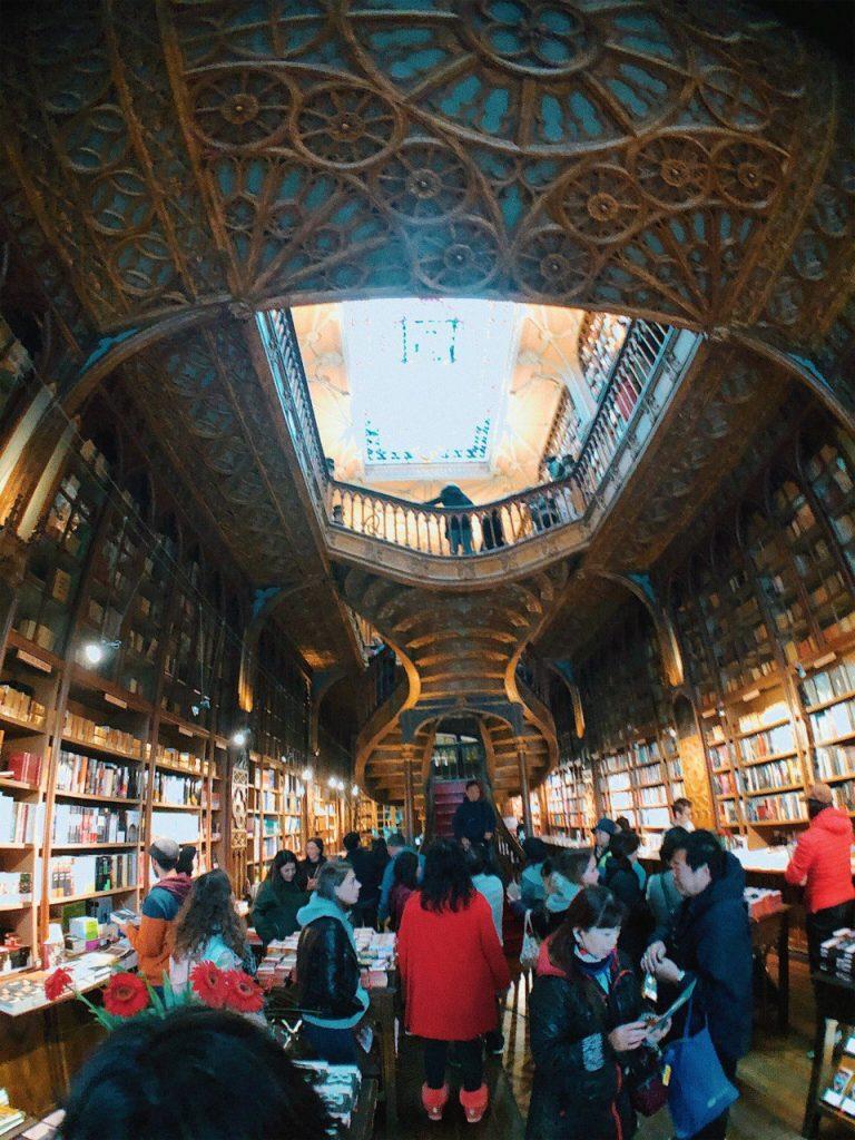 La librería Lello es una de las principales atracciones turísticas de Oporto