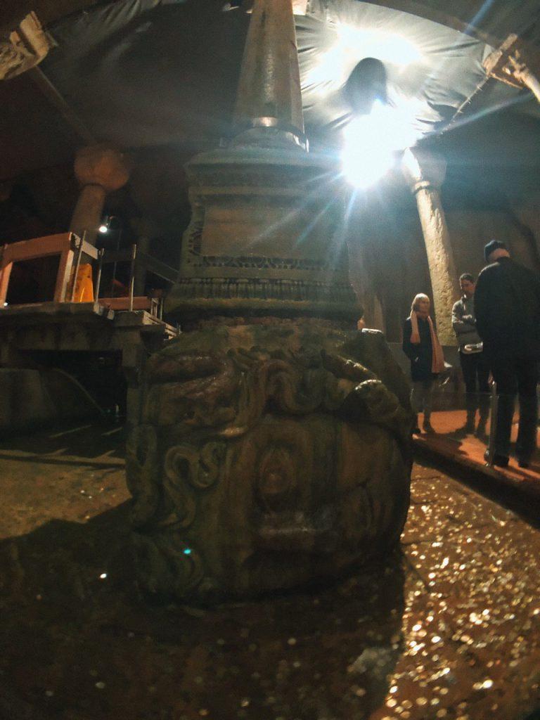 Cabeza de medusa, Basilica Cisterna, qué ver en Estambul. Guía de viajes, blog.