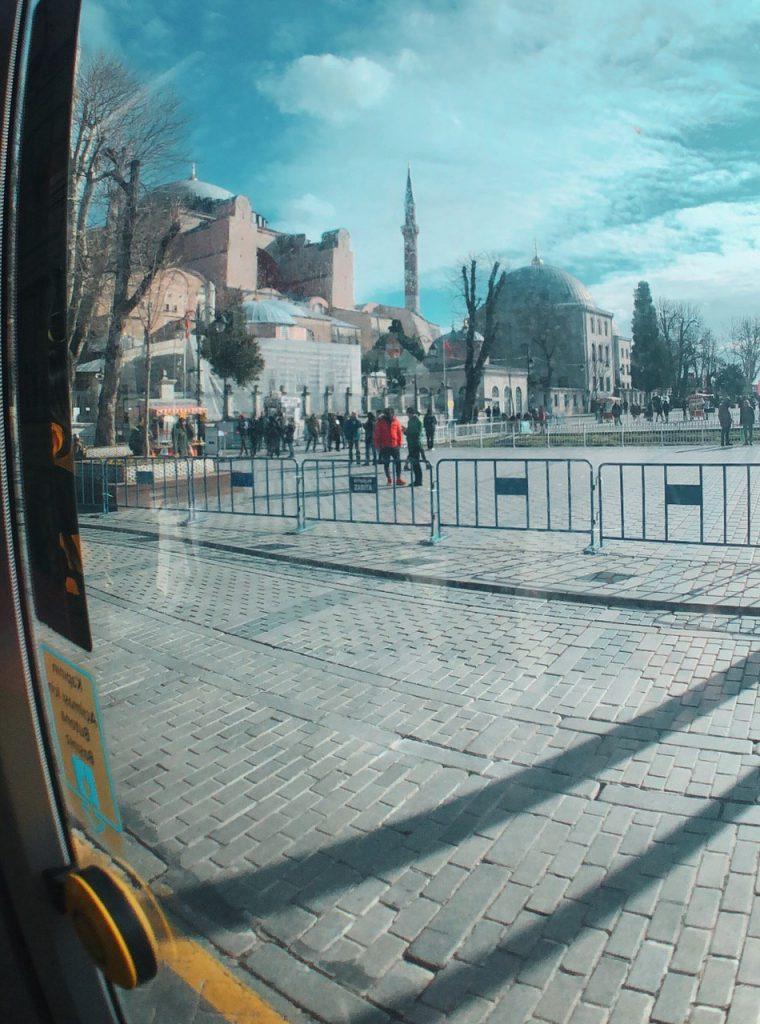 Tranvía desde Sultanahmet, en Estambul. Guía de viajes.