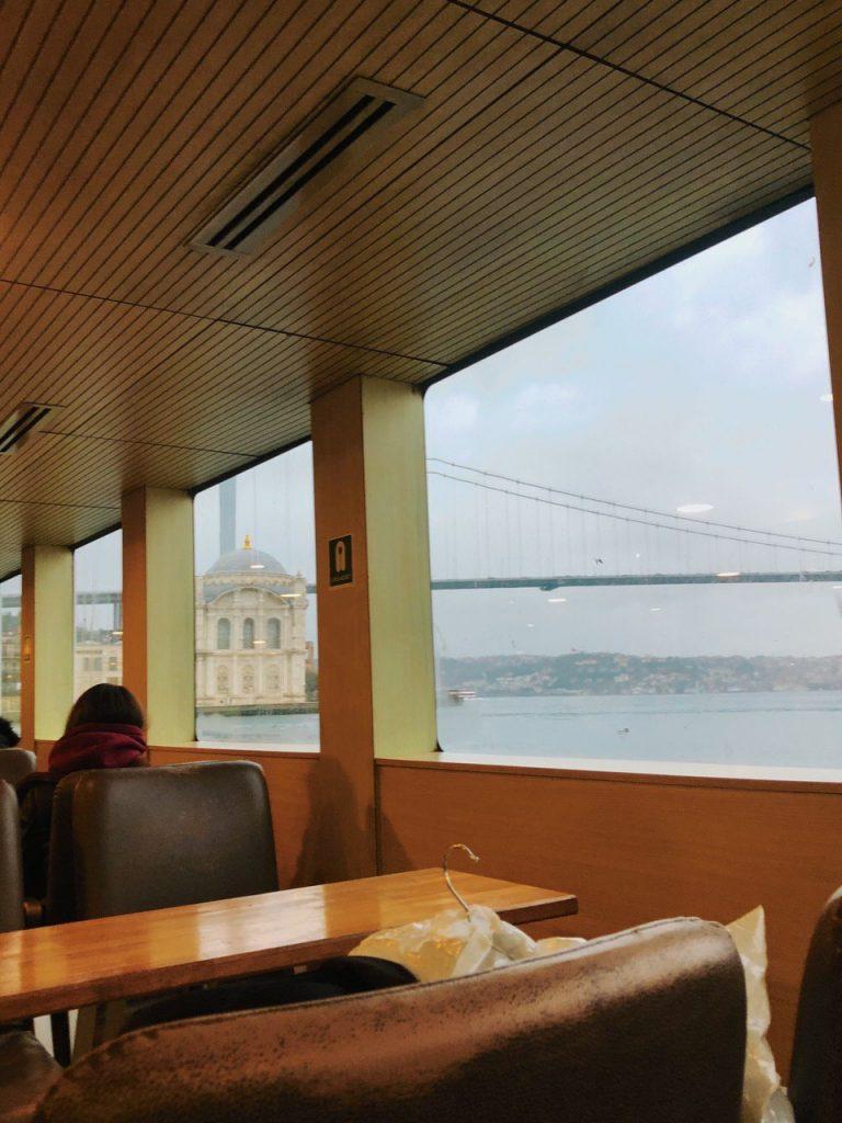 Interior del ferry de Ortaköy a Usküdar. Viaje por Estambul.