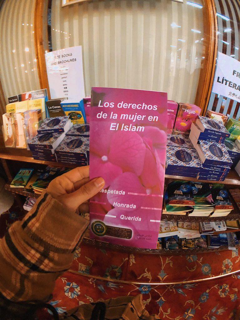 Panfletos derecho de la mujer en Islam, Mezquita azul, Estambul.