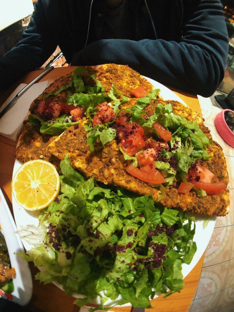 Lahmacun vegano en Community Kitchen. Restaurantes veganos, guía  de viaje de Estambul.