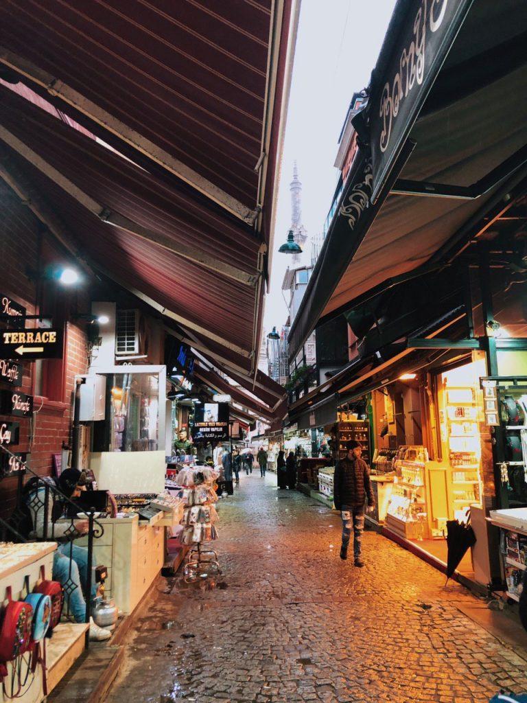 Tiendas, mercado al lado de la mezquita de Ortakoy. Viaje por Estambul.