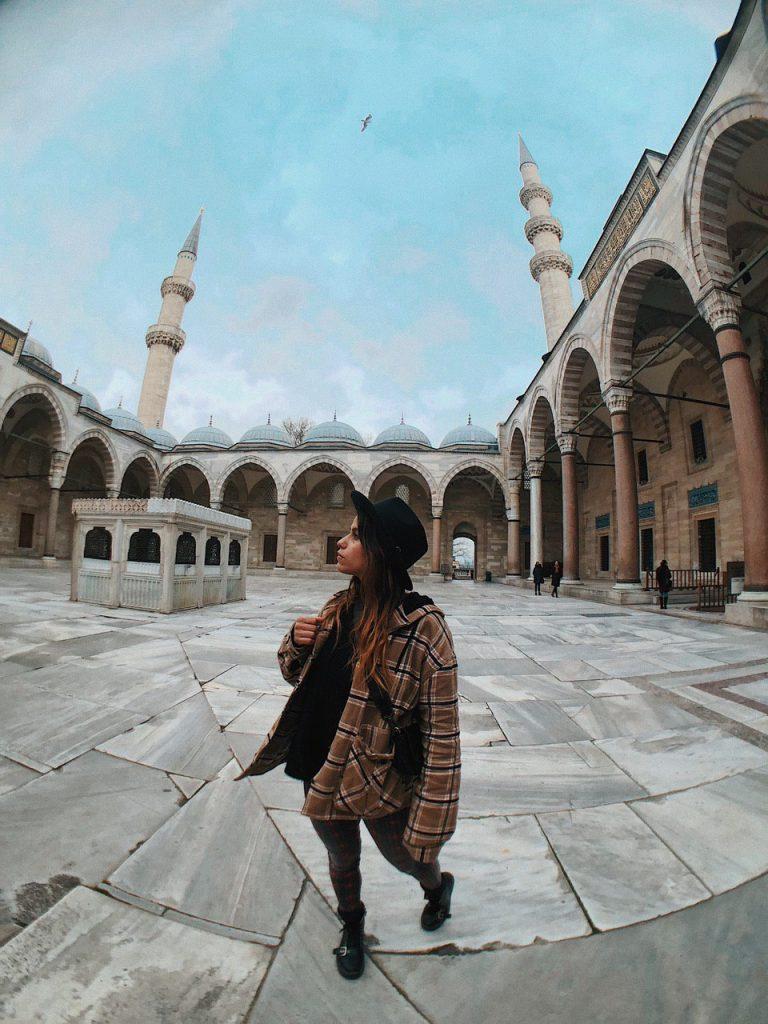 Patio interior de Mezquita de Suleimán. Qué ver en Estambul, blog de viajes.