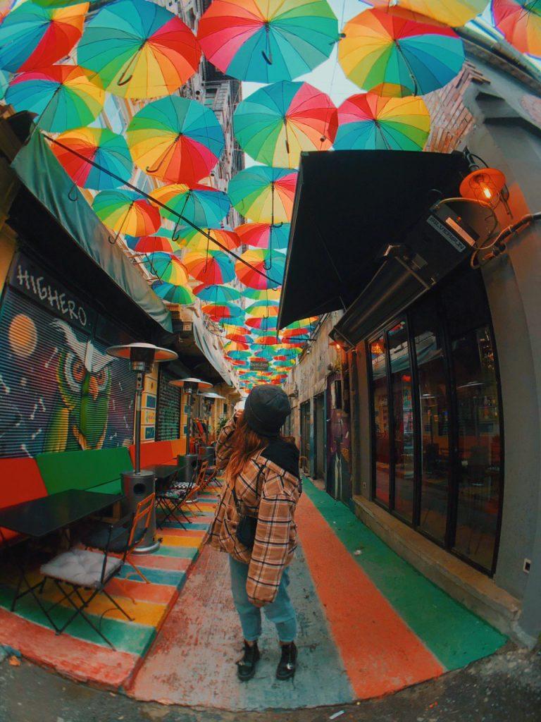 Calle de los paraguas de Estambul, en el barrio Karaköy. Guía de viajes, turquía.