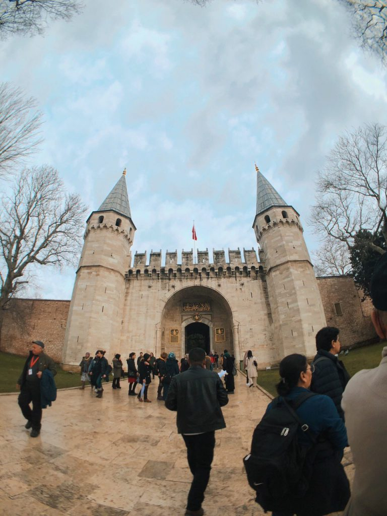 Entrada al Palacio de Topkapi desde los jardines. Tour, Guías. Qué ver en Estambul.